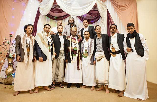 photo-03-men-wearing-thoob-and-mawazz-at-a-wedding